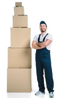箱の積み重ねの近くの陽気な宅配便り