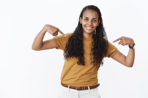 陽気でかわいいアフリカ系アメリカ人の女の子が自分を指しています