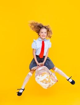 巻き毛の陽気なかわいい天才ポジティブな少女