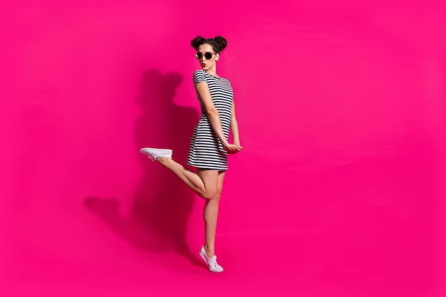 Веселая милая девушка на розовом фоне