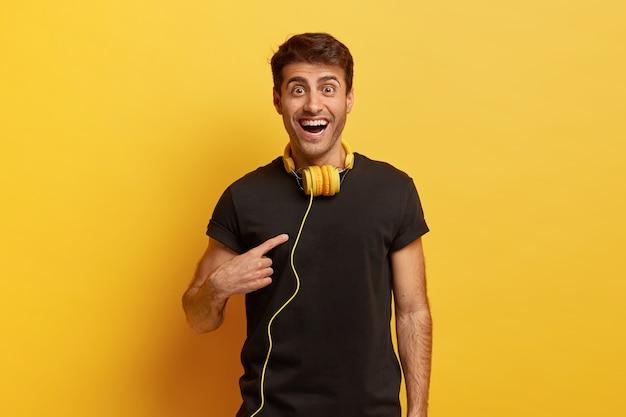 L'uomo allegro e felice indica se stesso, chiede se qualcuno lo ha scelto