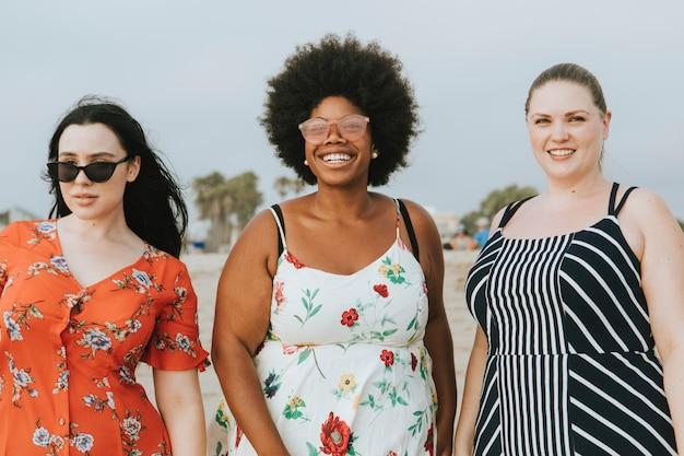 ビーチで陽気な多様なプラスサイズの女性