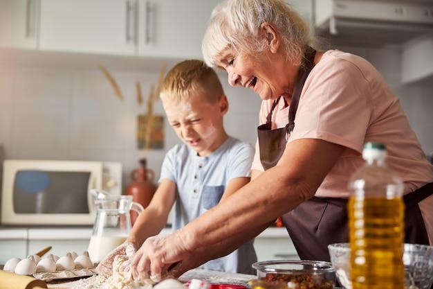 쾌활한 할머니와 그녀의 손자가 함께 요리