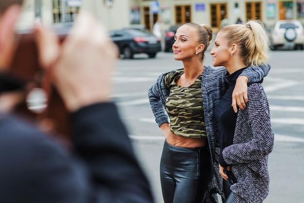 Веселые элегантные женщины на улице Бесплатные Фотографии