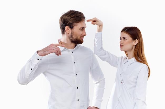 가벼운 벽 셔츠 커뮤니케이션 모델을 작업하기 위해 손으로 몸짓을하는 쾌활한 직원