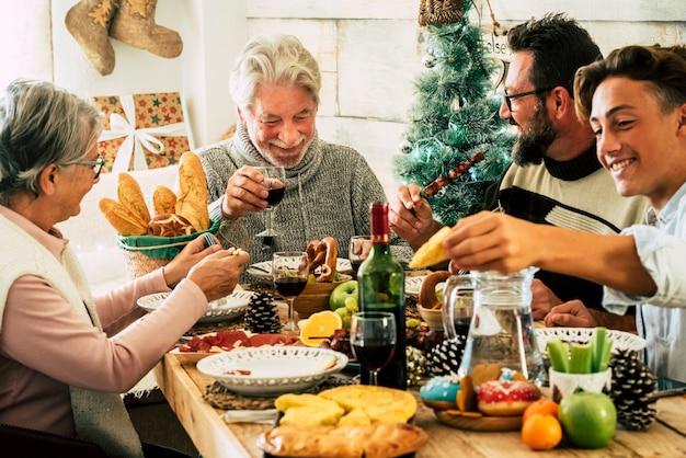 陽気な家族が家で一緒にクリスマスランチを祝う