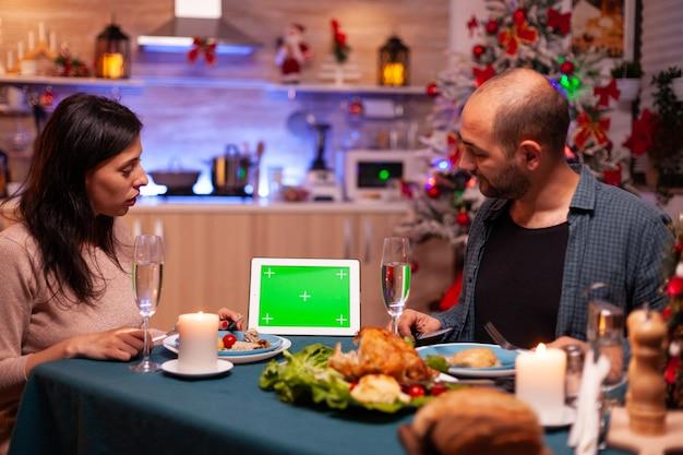 크리스마스 장식 주방에서 크리스마스 저녁 식사를 즐기는 쾌활한 가족