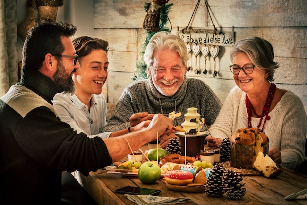陽気な家族は家でクリスマス休暇の夕食を食べます