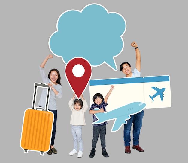 Веселая семья держит значки путешествия и билет