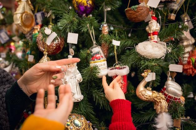 家庭用品店で家の装飾やホリデーギフトを探している陽気な家族、母と子供たち
