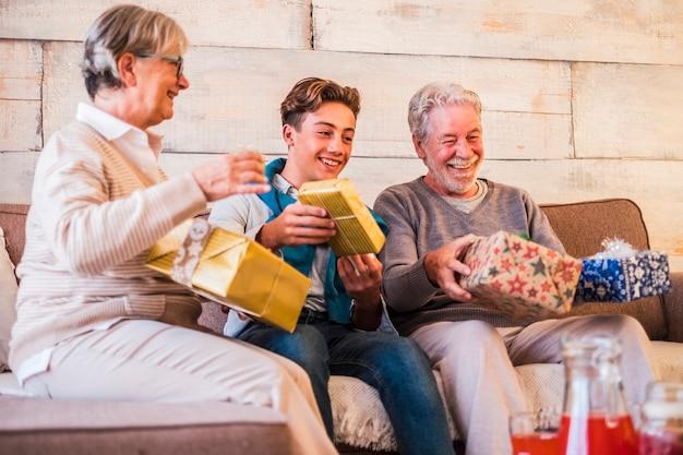 陽気な家族のシニアの若者は、ギフト交換inchristmasをお楽しみください