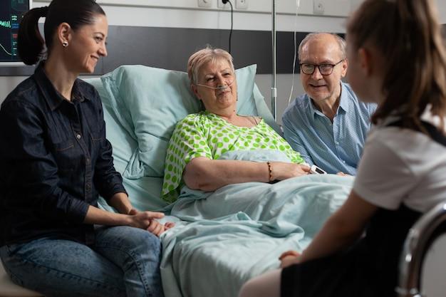 病棟でおばあちゃんを訪ねる元気な家族