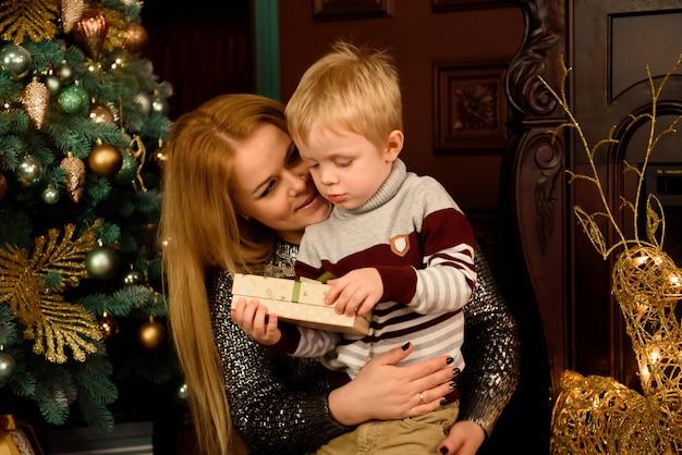 クリスマスプレゼントと朗らか家族