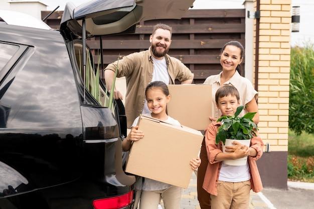 Веселая семья с движущимися ящиками