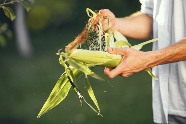 庭で有機野菜と陽気な農家。人間の手に混合有機野菜。