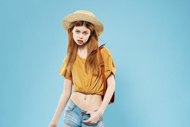Веселая модная женщина в шляпе очарование рюкзак студенческое путешествие