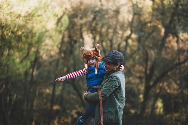 明るい父と森の子供