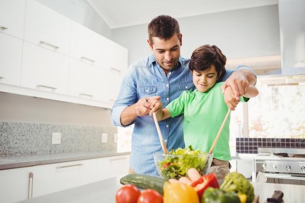 陽気な父と息子のサラダの準備