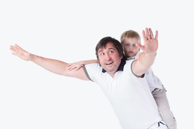彼の幼い息子と遊ぶ陽気な父。白い背景で隔離