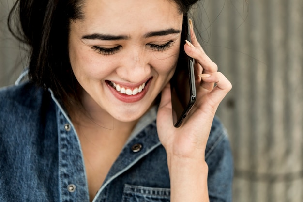Веселая женщина-плотник разговаривает по телефону