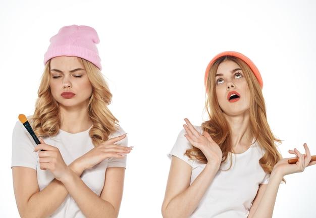 陽気な女性の友人の化粧品の週末のライフスタイルは、明るい背景をトリミングしました。高品質の写真