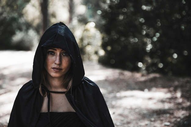 日光の森の陽気な女性魔術師