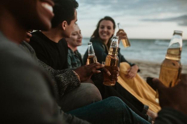 해변에서 술을 마시는 쾌활한 친구