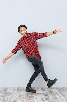 Веселый смешной молодой человек танцует и веселится