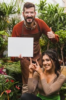 Giardinieri allegri con foglio di carta
