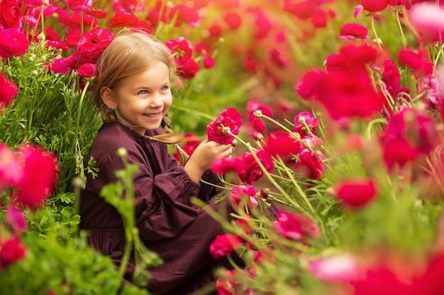 Веселая девушка среди ярких весенних цветов лютиков