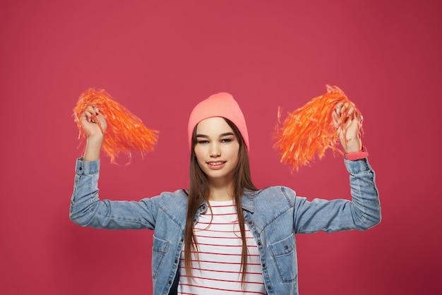 Веселая девушка болельщик танцевальное представление розовый фон
