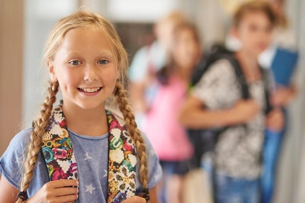 学校の休憩中に陽気な女の子