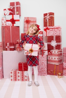Веселая девушка держит красный подарок