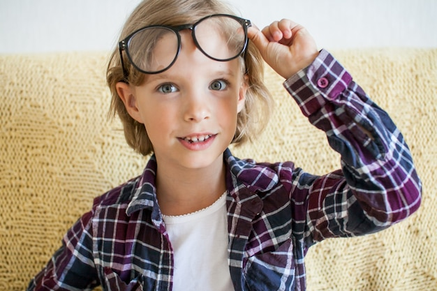 격자 무늬 셔츠와 안경 온라인 학습 개념에 쾌활 한 소녀
