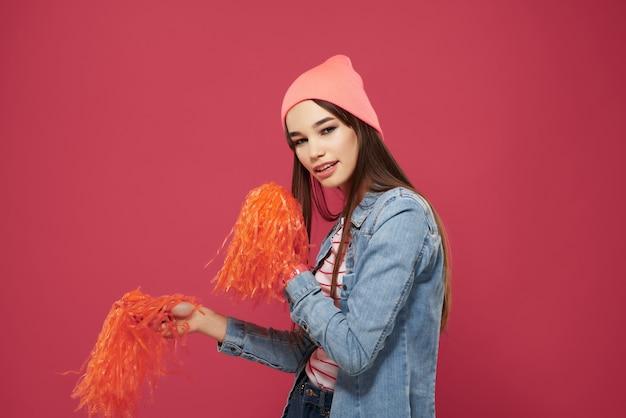 ピンクの帽子チアリーダーダンスパフォーマンスで陽気な女の子