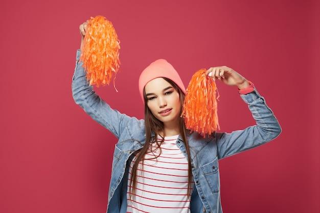 핑크 모자 치어 리더 댄스 공연에 쾌활 한 소녀