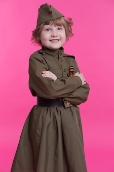 Веселая девушка в форме советских солдат второй мировой войны