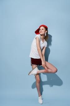 흰색 tshirt와 반바지 패션 전체 길이 재미 포즈에 쾌활 한 소녀