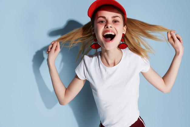 Веселая девушка в белой футболке украшение модного летнего стиля