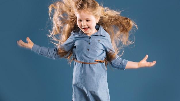 Веселая девушка прыгает