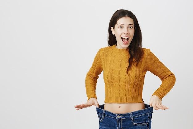 陽気な女の子は体重を減らして喜び、ダイエットはうまくいきました