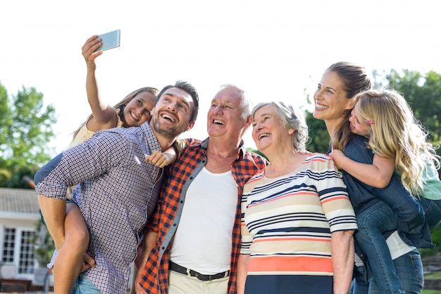 다 세대 가족과 함께 selfie를 복용 명랑 소녀
