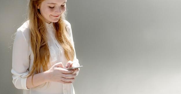 그녀의 전화에 문자 메시지 명랑 소녀