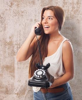 Веселая девушка с стационарный телефон