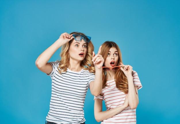 Веселые подруги модные полосатые футболки