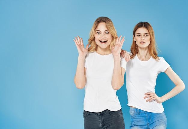 쾌활 한 여자 친구 티셔츠 유행 옷 스튜디오 라이프 스타일 파란색 배경. 고품질 사진
