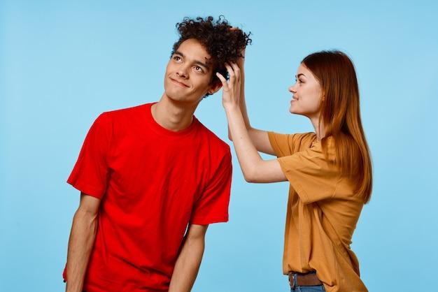 쾌활한 남자와 여러 가지 빛깔의 티셔츠 감정 기쁨에 여자