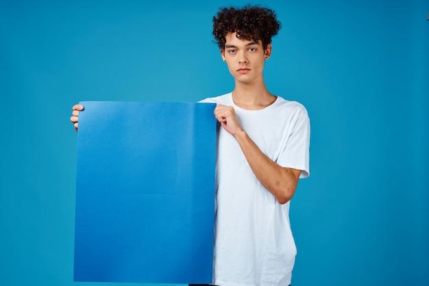 Веселый парень с вьющимися волосами синий макет плаката рекламы изолированный фон