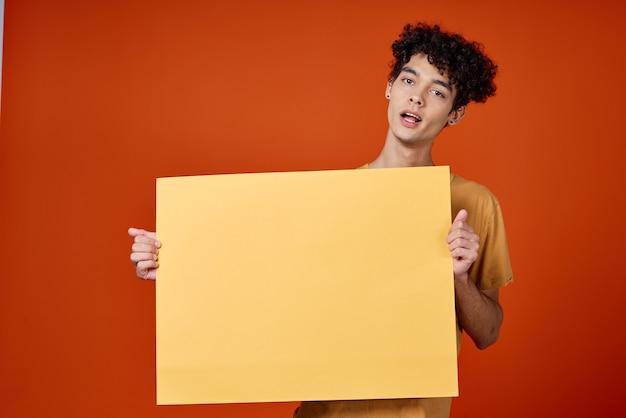 Веселый парень с вьющимися волосами плакат студии обрезанный вид. фото высокого качества