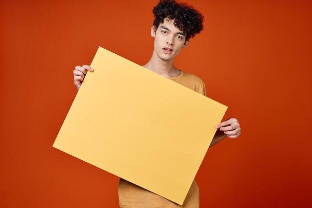 Веселый парень с вьющимися волосами постер студии обрезанный вид